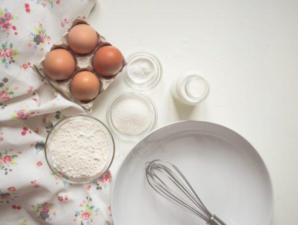 Яйца, мука, молоко, миска с венчиком