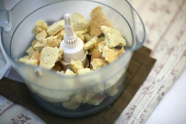 Кусочки бисквита в пластиковой чаше блендера