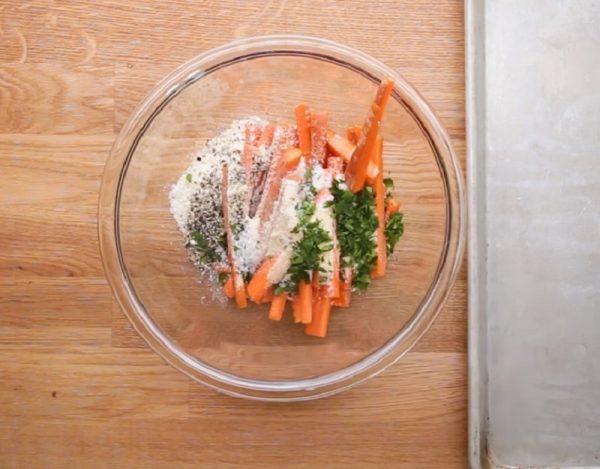 Кусочки моркови с приправами и тёртым сыром в стеклянной ёмкости