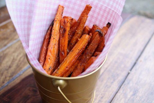 Морковные палочки в металлическом ведёрке с бумажными салфетками