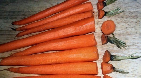 Очищенная морковь на столе