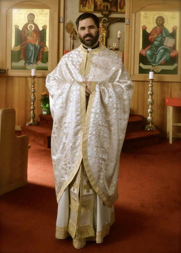 Батюшка в церкви