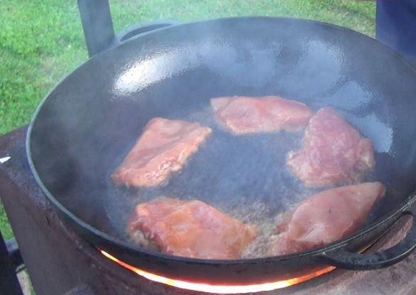 Отбивные из куриного филе в большой сковороде