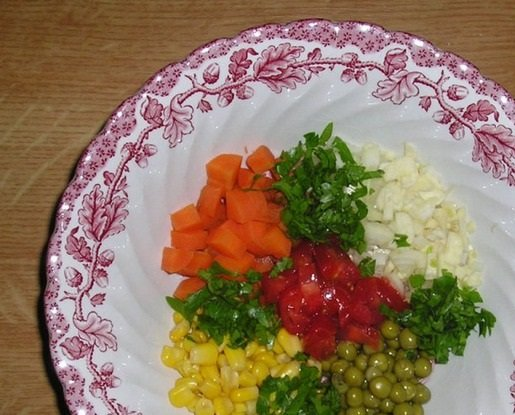 Морковь,горошек, кукуруза, помидор, лук, зелень