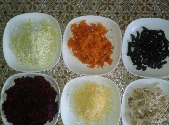 Морковь, курятина, чернослив, сыр, свёкла и яйца