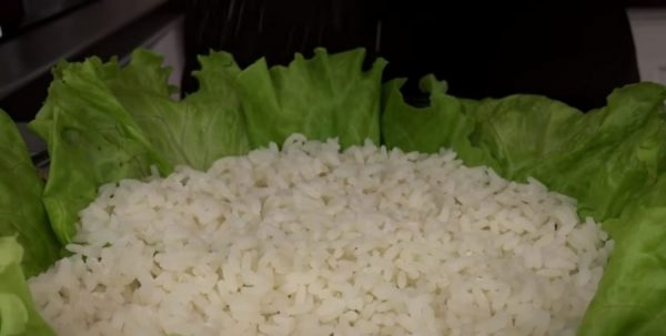 Рис в листьях салата