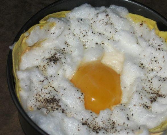 Взбитый яичный белок и сырой желток в форме, выстеленной тонким лавашем