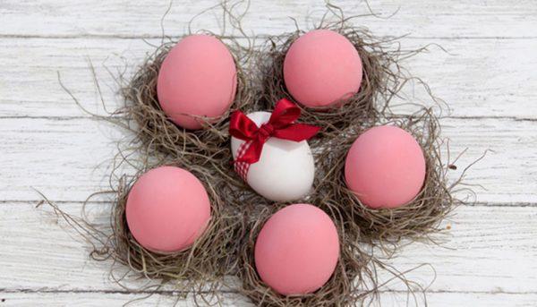 Бледно-розовые яйца лежат на столе