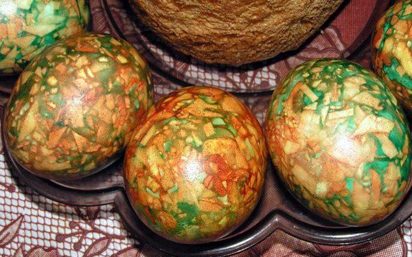 Три яйца, окрашенные луковой шелухой и зелёнкой