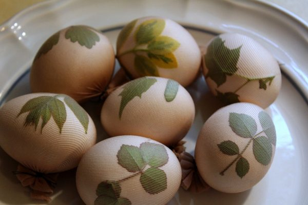 Яйца с листиками в чулке