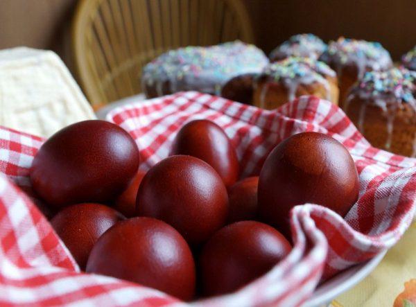 Окрашенные луковой шелухой яйца на полотенце