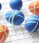 Яйца, окрашенные в полосочку