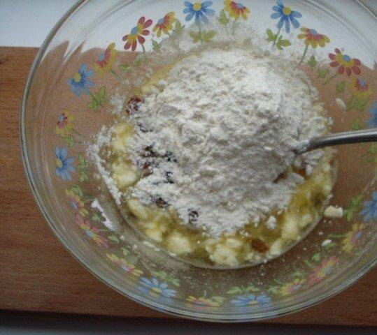 Мука с изюмом в миске с яичной смесью