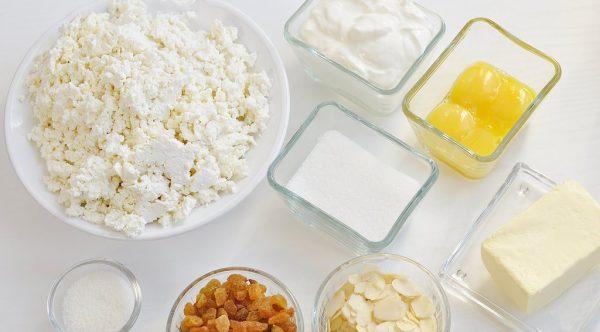 Продукты для приготовления творожной пасхи на столе