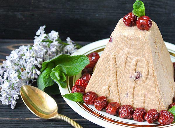 Творожно-шоколадная форма со свежей мятой и вишнями на тарелке