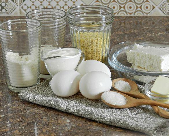 Продукты для крупеника из пшена на столе