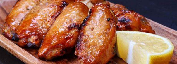 Румяные куриные крылышки в необычном соусе невероятно аппетитны и потрясающе вкусны