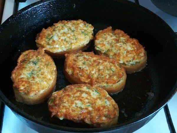 Обжаривание картофельных бутербродов на сковороде