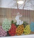 Украшение окна вытынанками «Пасхальные яйца»
