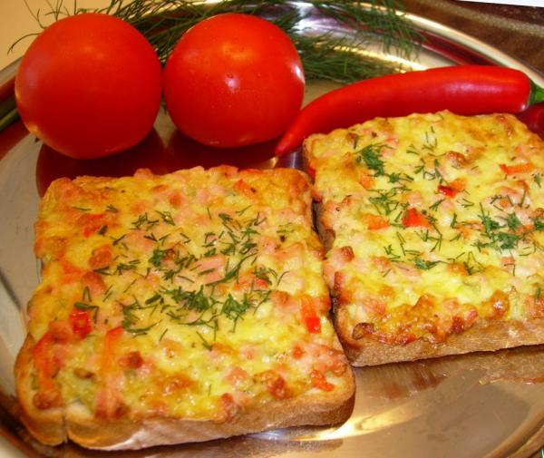 Готовые картофельные бутерброды с колбасой