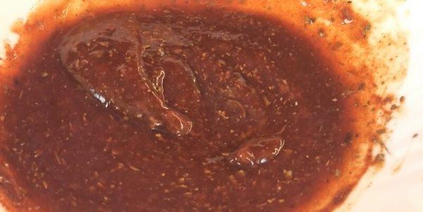Острый соус в миске