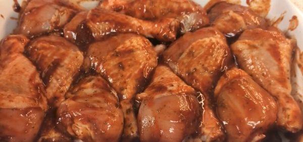 Сырые куриные голени с острым соусом в форме
