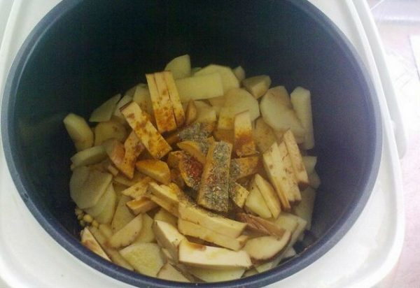 Колбасный сыр, картофель, горох, овощи и специи в чаше мультиварки