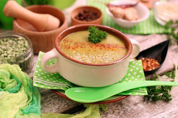 Гороховый суп-пюре с имбирем и шпинатом на сервированном столе