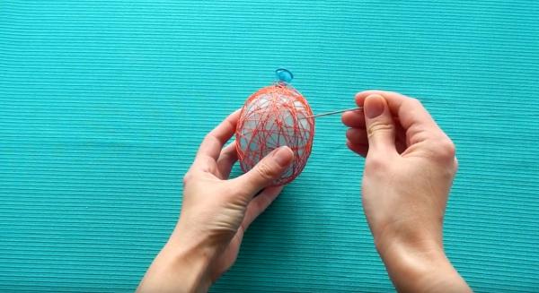 Как сделать пасхальное яйцо из шарика и ниток: этап 11