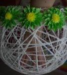 Корзина из ниток с ободком из цветов