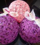 Пасхальные шарики из ниток, украшенные пайетками и лентами