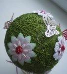 Шар из ниток с цветами и бабочками