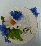 Шар из ниток с цветочной композицией