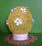 Яйцо из ниток с бумажными цветами