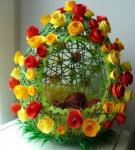 Розы из ткани на яйце из ниток