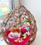 Обильно декорированное яйцо из ниток