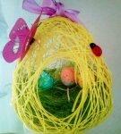 Пасхальные яйца на травке внутри яйца из ниток