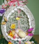 Оформление отверстий в пасхальных яйцах из ниток