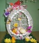 Композиция с пасхальным яйцом из ниток