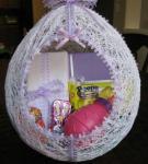 Сладкий подарок внутри яйца из ниток