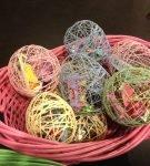 Пасхальные яйца из ниток со сладкими подарками