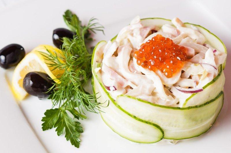 Восхитительные салаты с кальмарами украсят любой стол
