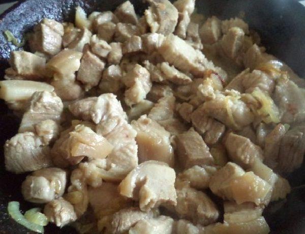 Мясо с луком в сковороде