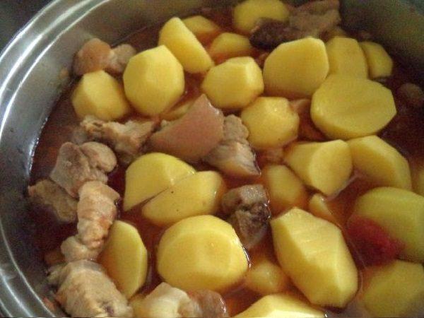 Картофель и мясо в кастрюле