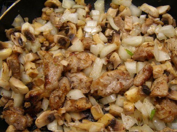 Мясо, лук и грибы