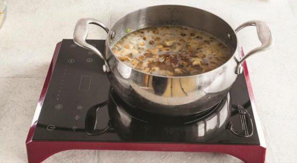 Кастрюля с супом на плите