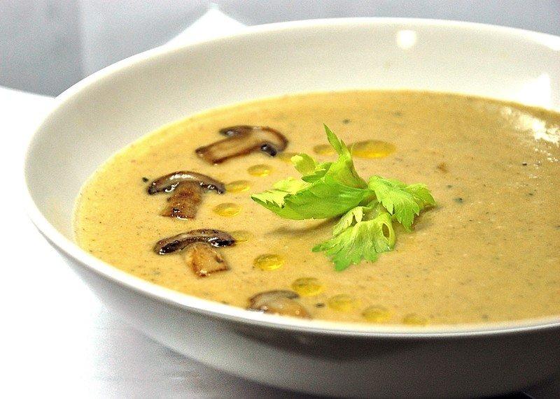 Постный суп в тарелке на столе
