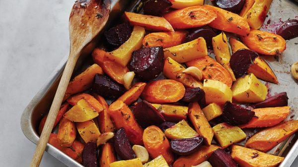 Запечённая свёкла с морковью и картофелем