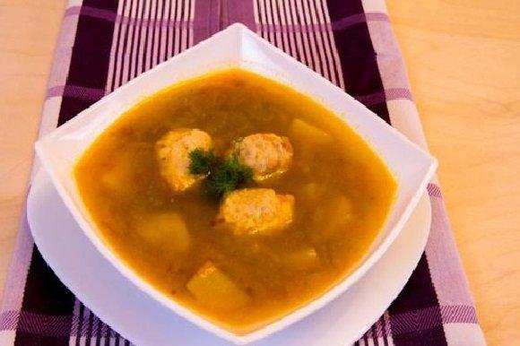 Тарелка супа с фрикадельками