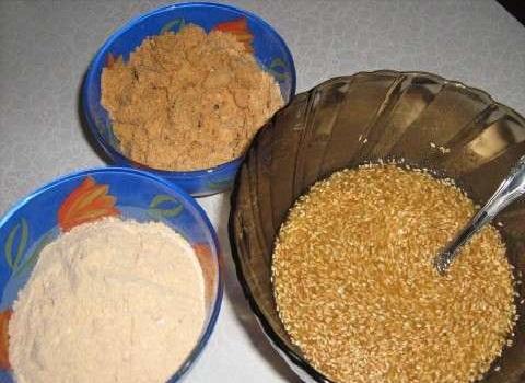 Миски с мукой, арахисом и кунжутом